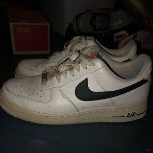 mens nike air forces white with black nike sign